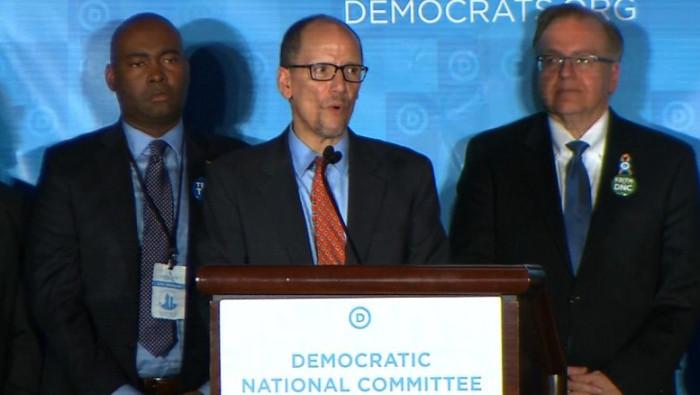 El Mundo se Deshace en Pedazos y el Comité Nacional Demócrata Quiere Ganar a Todo Costo